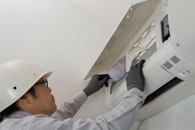 エアコンを掃除する業者