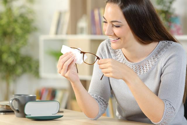 メガネを拭く女性