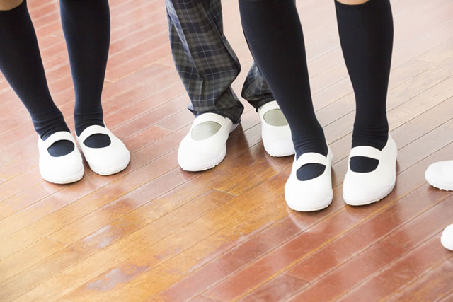 上履きを履く学生