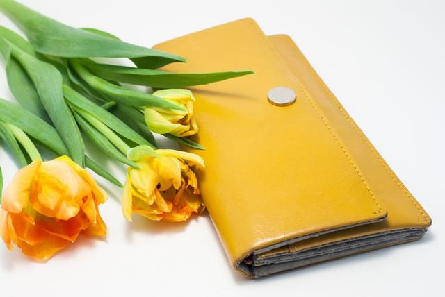 黄色い財布と花