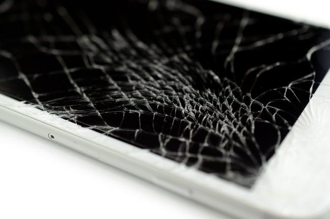 画面がひび割れしているスマートフォン