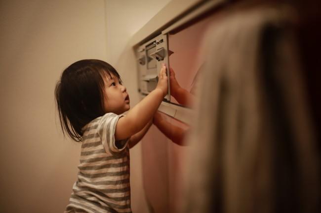 グリルに触れる小さな女の子