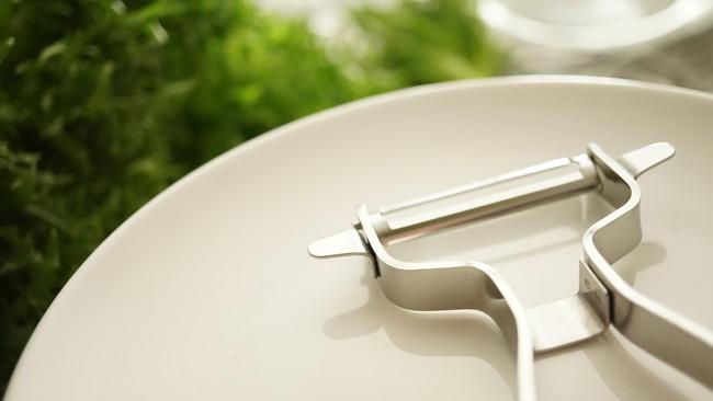 白いお皿の上に置かれた白いピーラー