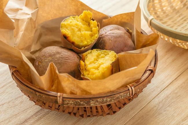 竹の籠に入った焼き芋