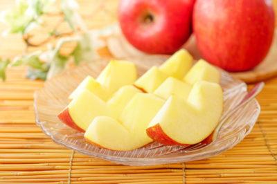 皮付きでカットされたリンゴ