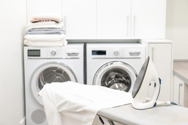 背後に洗濯機、アイロン台とアイロン