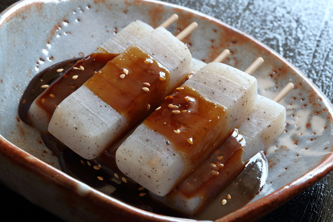 お皿に盛られたこんにゃくの味噌田楽