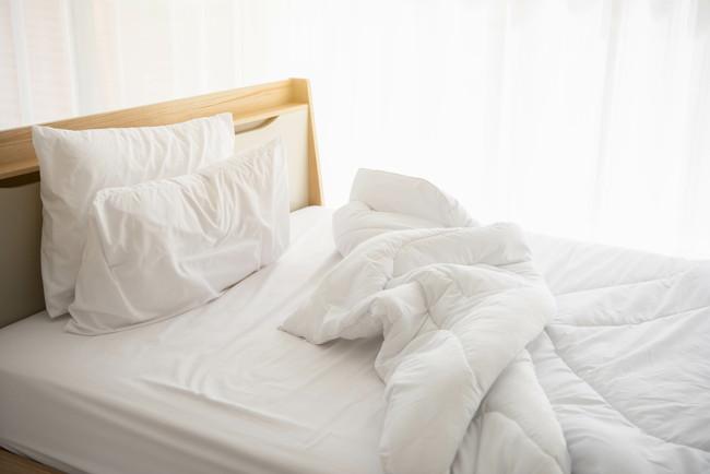 起きたまま整頓されていないベッド