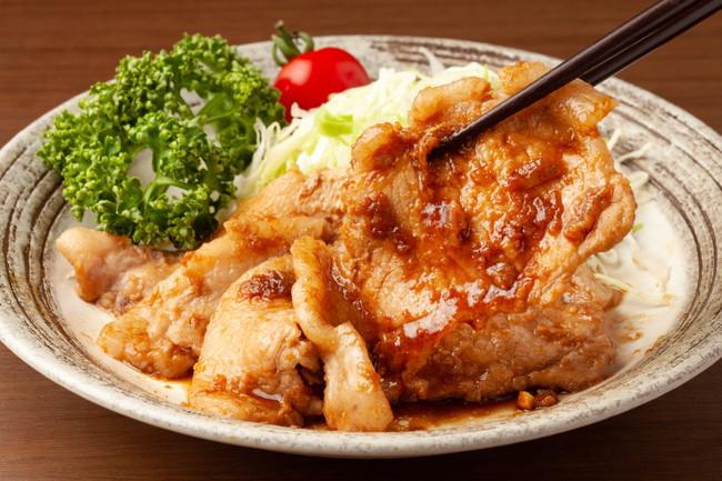 お皿に盛りつけられた豚肉の生姜焼きと付け合わせの野菜