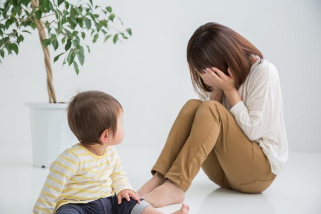 育児ノイローゼで子供の前で泣き出している母親