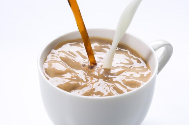 白いカップに注がれるカフェオレ