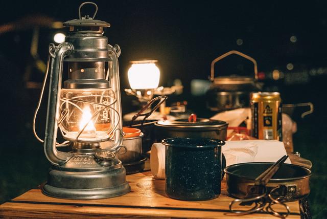 夜のキャンプ、ランタン
