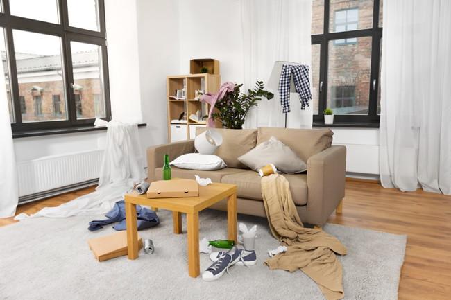 脱いだ服やゴミで散らかっている部屋
