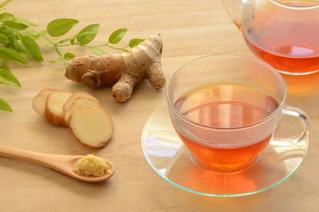 木目調のテーブルに置かれた生姜と紅茶