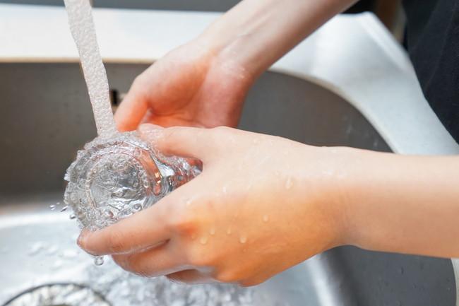 シンクで洗いものをしているところ