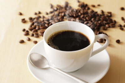 コーヒー豆とホットコーヒー