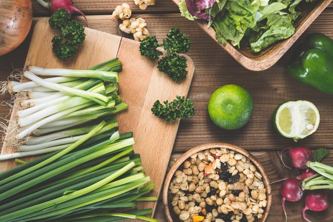 キッチン台に置かれた色々な野菜