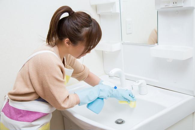 洗面台の掃除をしている女性