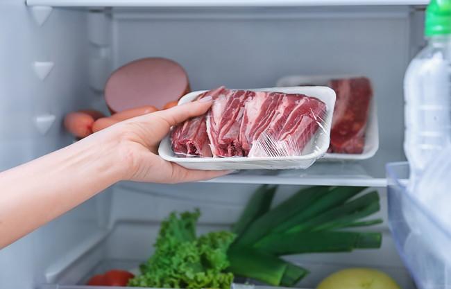 冷蔵庫から肉を取り出すところ
