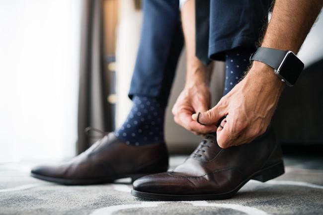 ビジネスシューズを履いている男性
