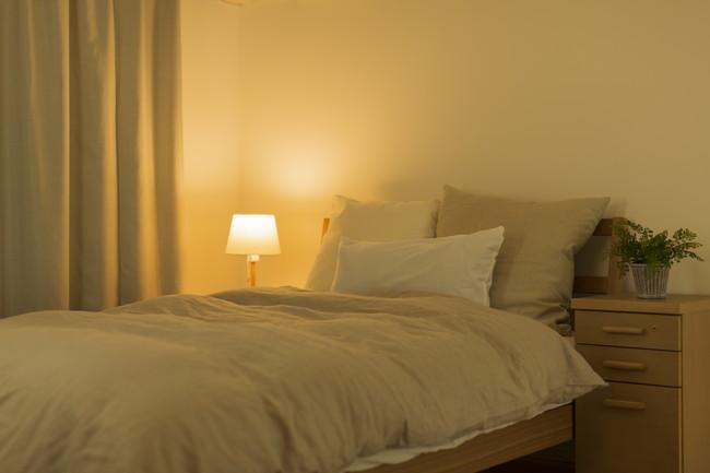 スタンドの明かりが灯った寝室