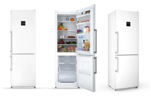 冷蔵庫3つ、中央だけ開いている