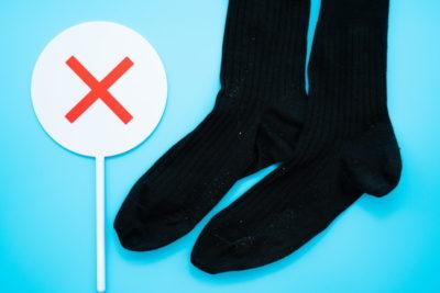 黒い1足の靴下とバツ印