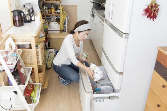 冷凍庫で保存する女性