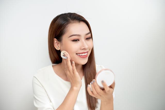 化粧する女性