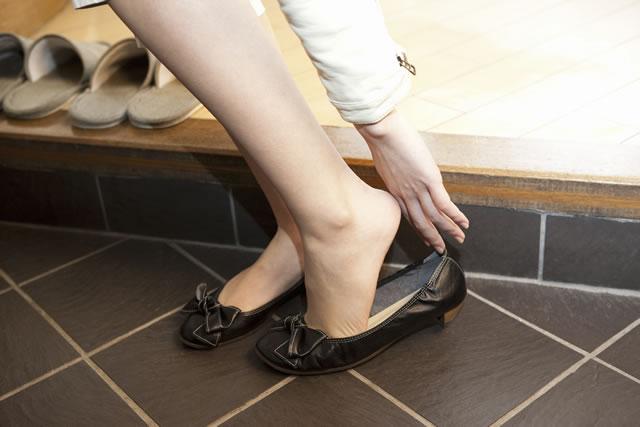 靴を履く女性
