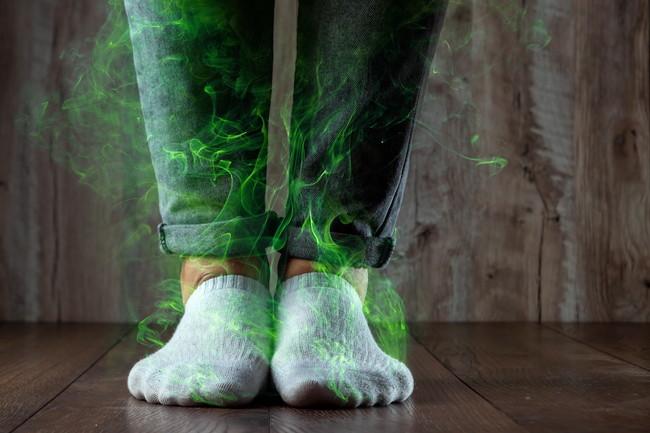 靴下から臭いが充満していくイメージ