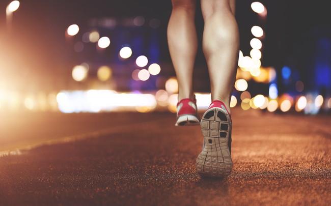 夜にランニングをしている女性の足元