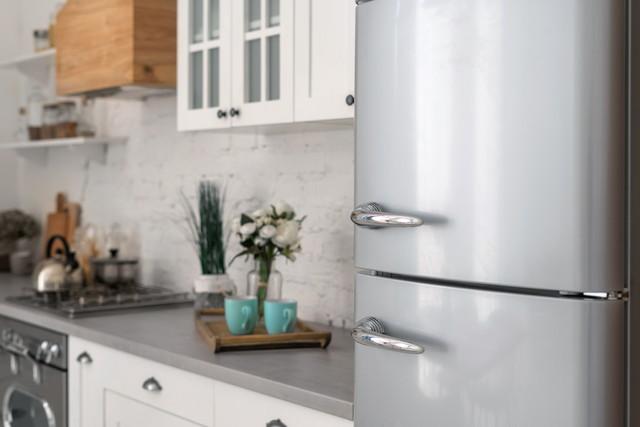 キッチンの様子、手前にシルバーの冷蔵庫