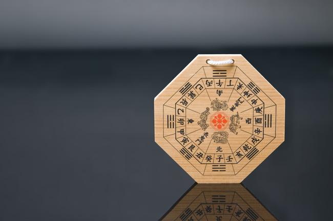 木製の八卦羅盤