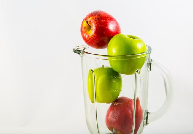 ミキサーに入った4つのりんご