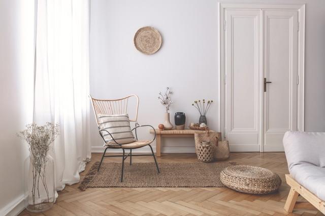 リネンを使ったリビングイメージ、白いドア