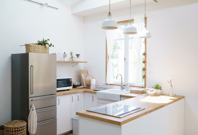キッチンの様子、グレー系の冷蔵庫