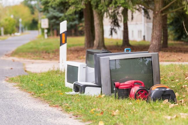 住宅地のゴミ置き場に置かれた家電ゴミ
