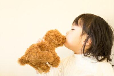 ぬいぐるみにキスをする子供
