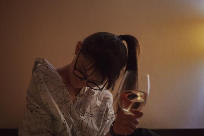 寝る前にワインを飲んで眠そうな女性