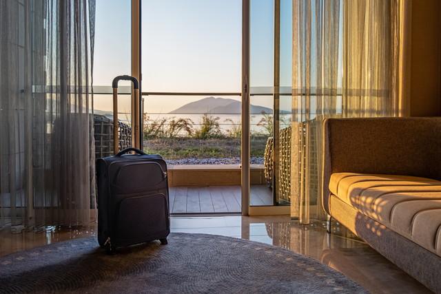 日差しが入るスーツケースが置かれた部屋