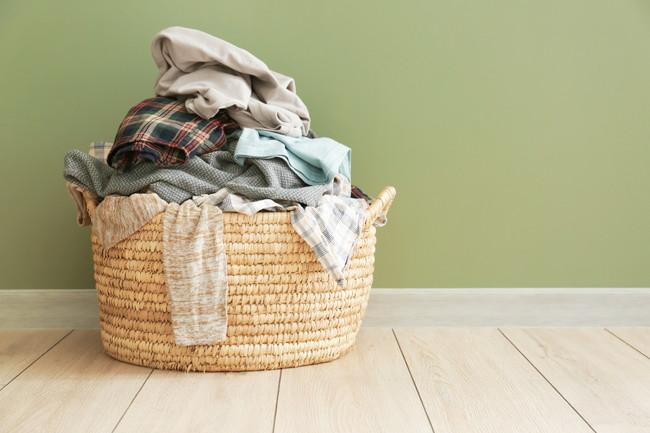 山積みされた洗濯物が入っている洗濯カゴ