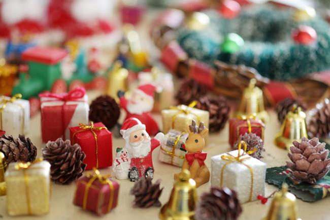 複数のミニチュアクリスマス雑貨