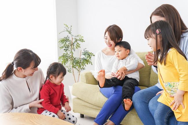 室内で楽しそうにしているママ友と子供たち