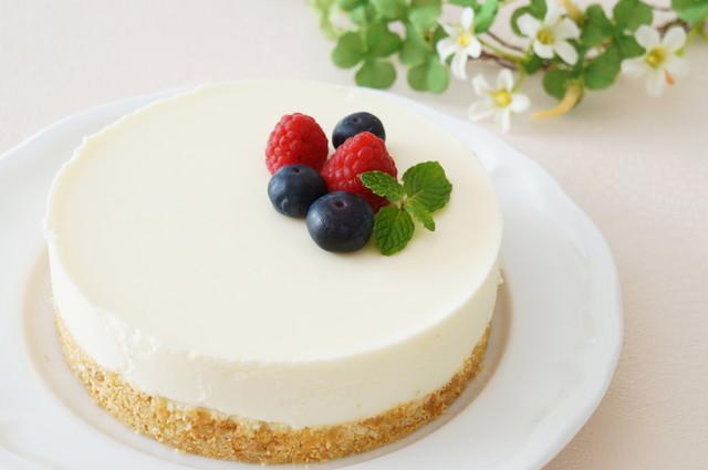 シンプルなレアチーズケーキ、ベリーがのった