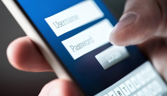 スマートフォンでパスワードを入力しているところ