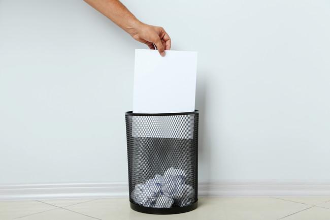 書類を丸めずそのままゴミ箱に捨てているところ