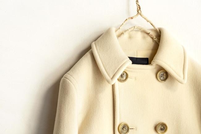 白バックに白いショートコートの襟と肩と胸元