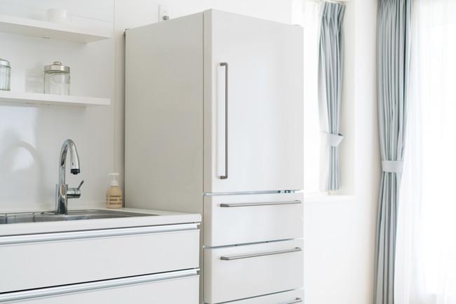 白いキッチンに置かれた白い冷蔵庫