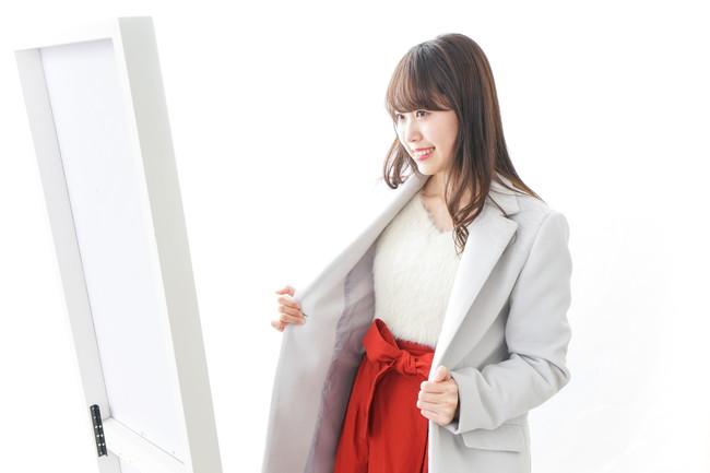 コートを羽織っている女性